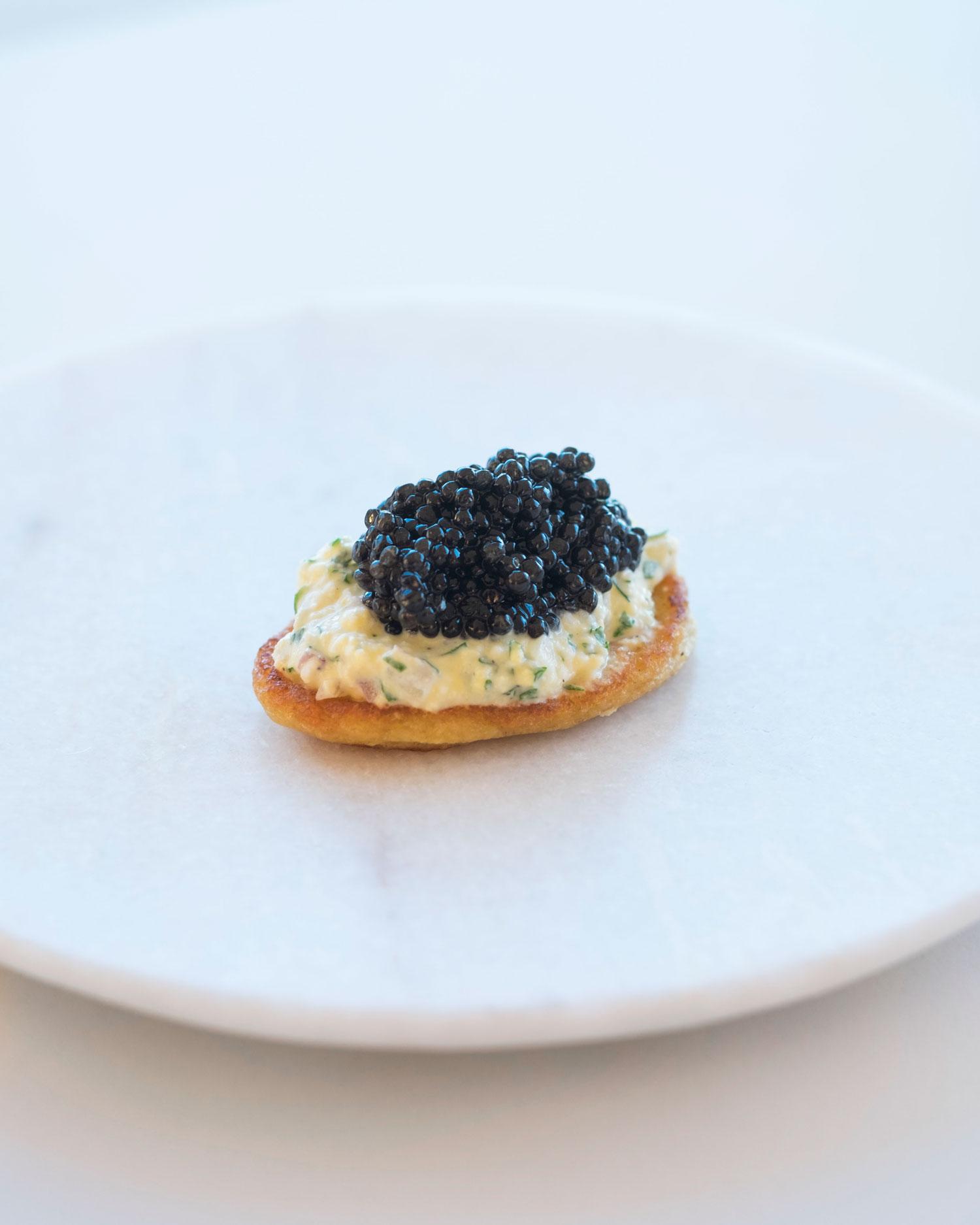blini met mimosa van ei en caviar